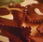 Postres fáciles: raviolis de chocolate con helado de frutos del bosque 2