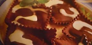 Postres fáciles: raviolis de chocolate con helado de frutos del bosque 4