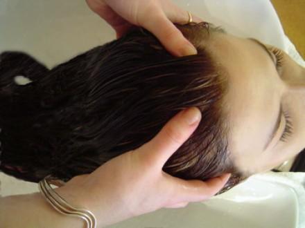 Haz masajes en la cabeza para fortalecer tu cabello 3