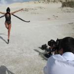 Fotos Candice Swanepoel en bikini Elle Brazil 3